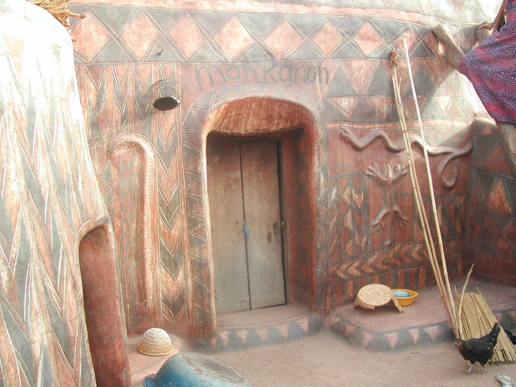 Maison kassena avec murs peints. Painted Kassena house.