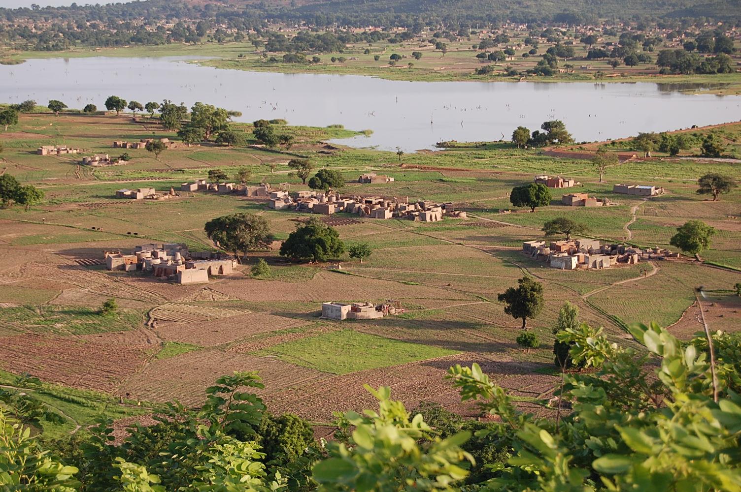 Maisons kassena vue d'en haut (Kouyou, Tiébélé). Kassena houses seen from above.