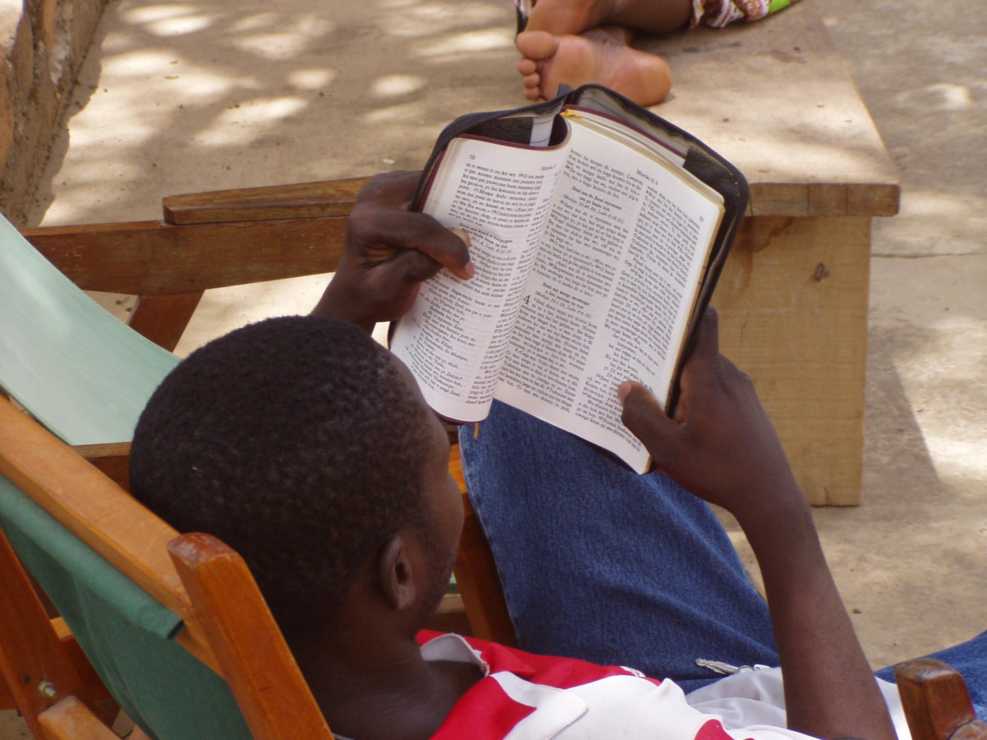 Homme en train de lire un livre. Man reading a book.