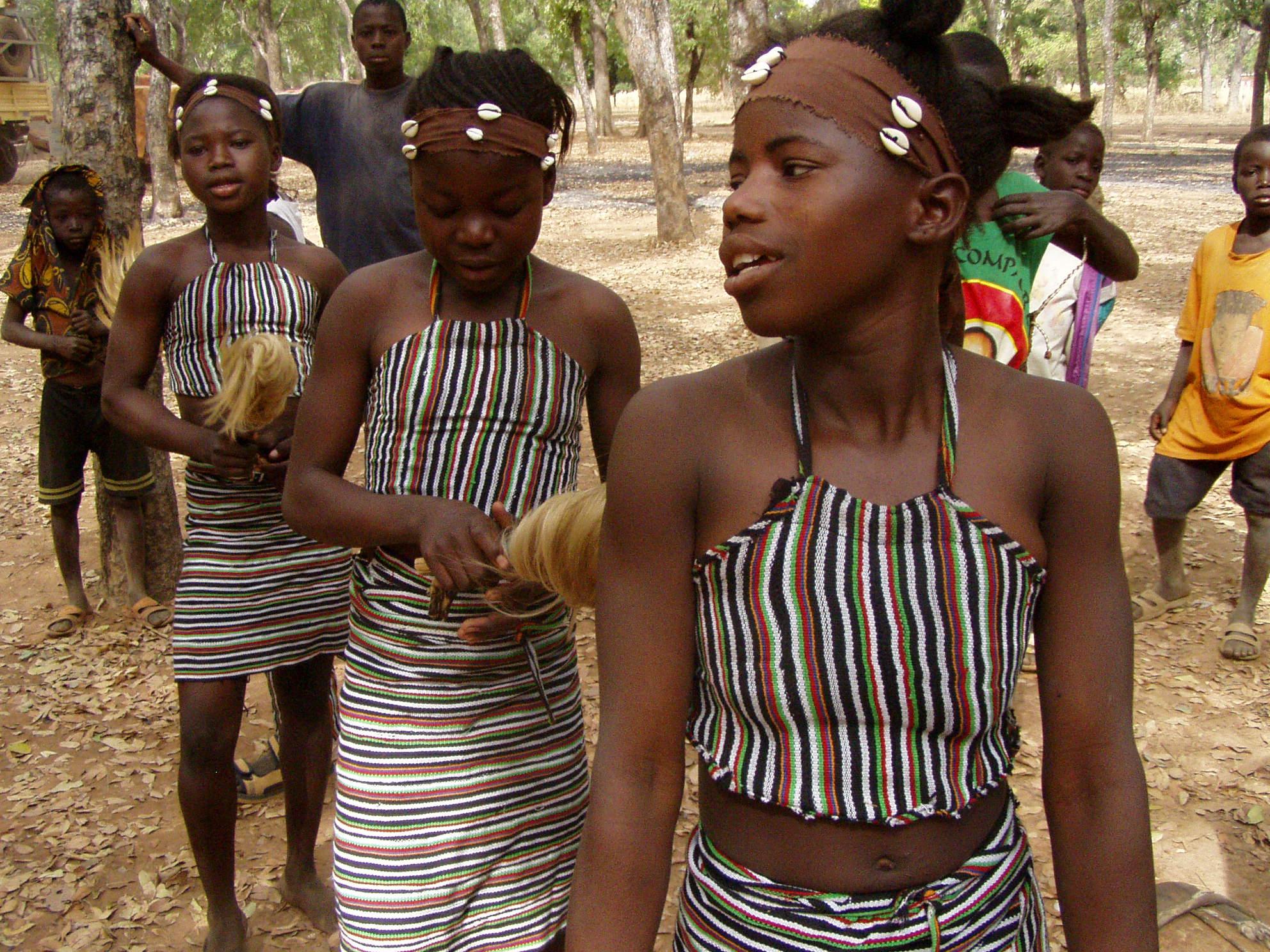 Filles en train de dancer. Girls dancing.