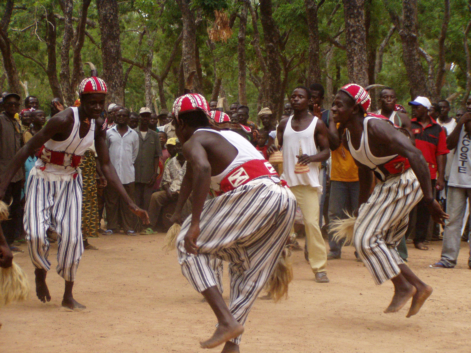 Danseurs kassena en pleine action. Kassena dancers in action.