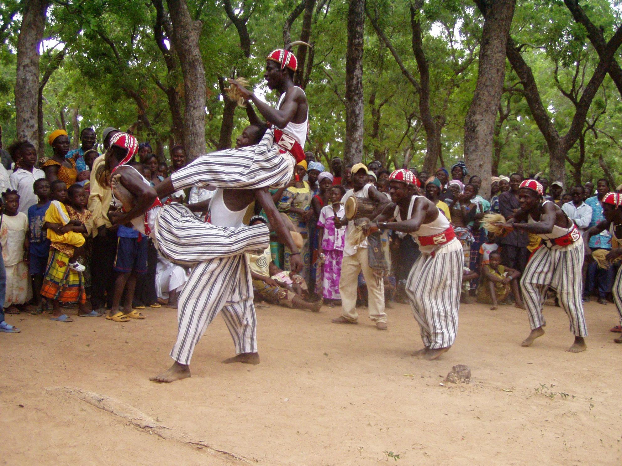 Acrobacie des danseurs kassena. Kassena dancing acrobacy.