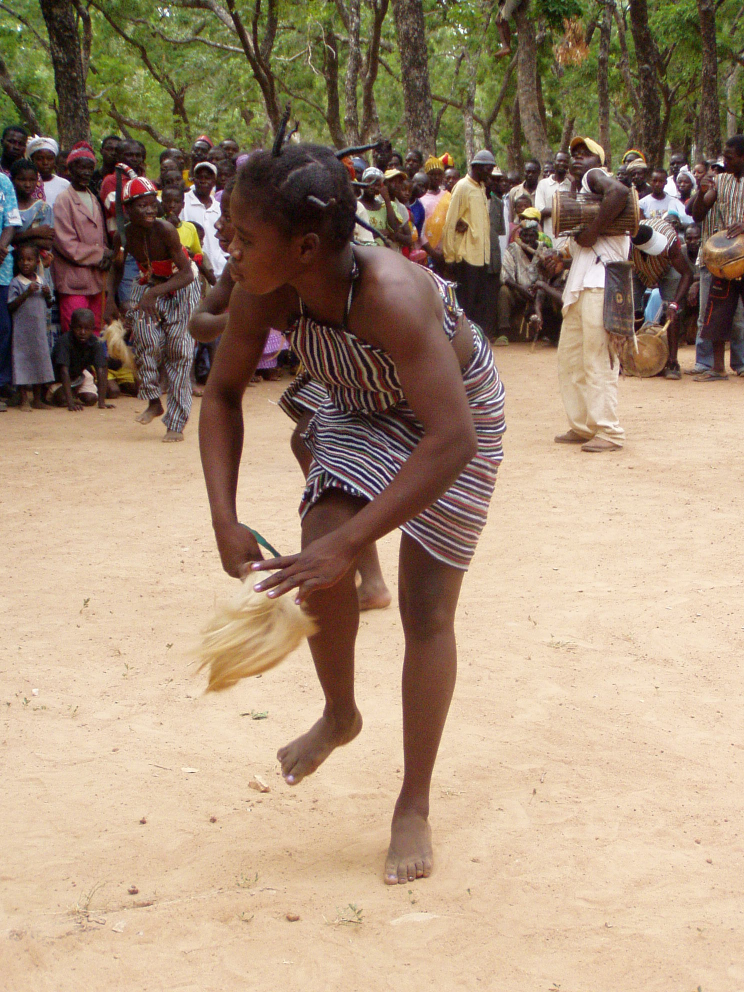 Fille kassena en train de danser. Kassena girl dancing.