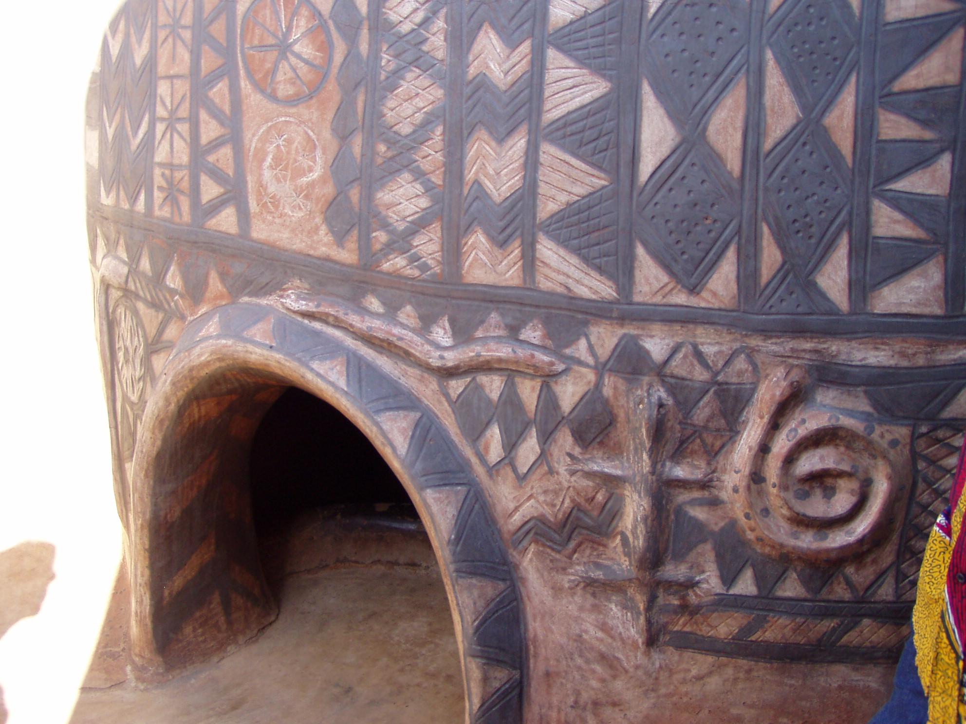 Entrée de maison. Entrance of a Kassena house.