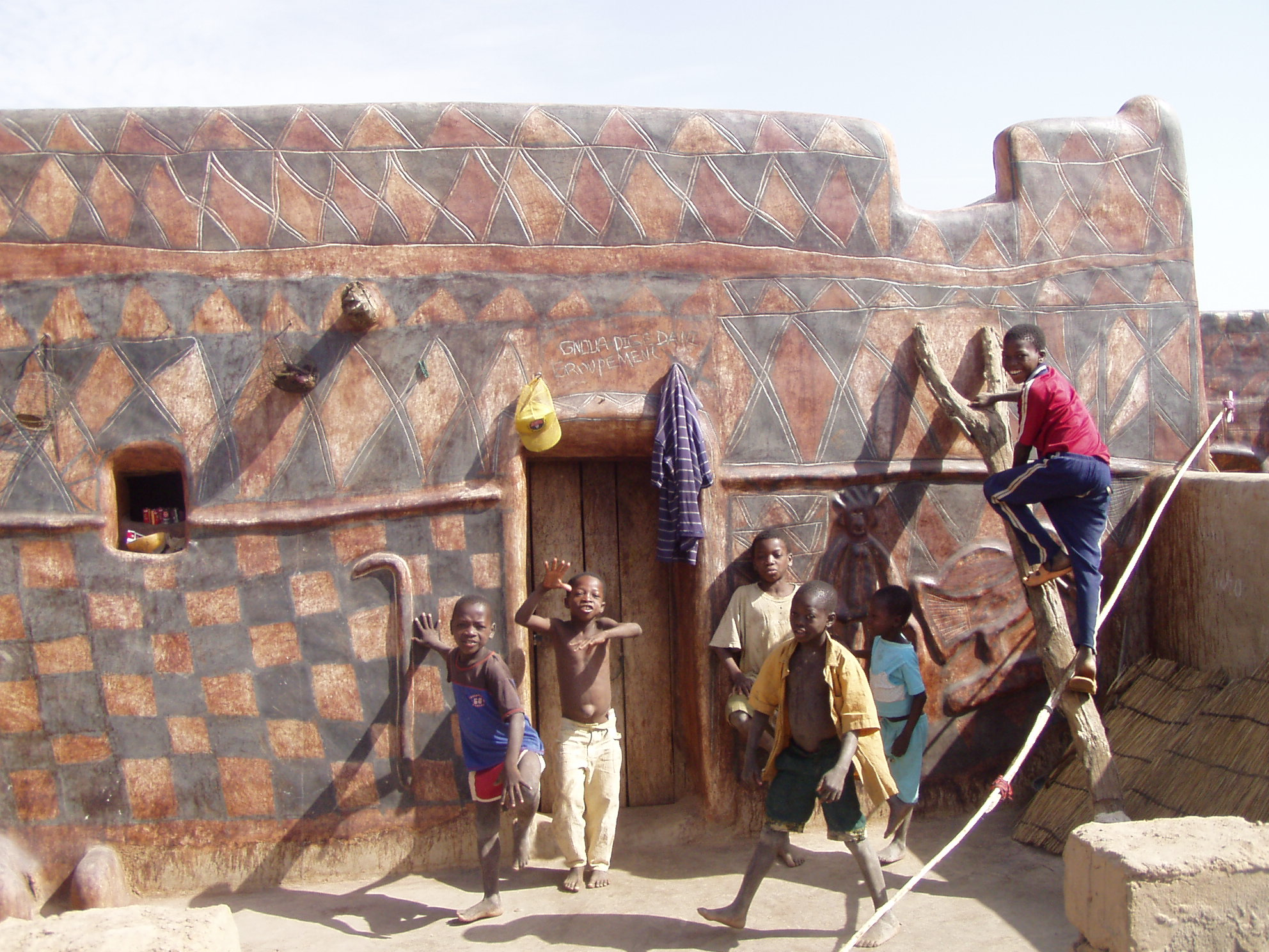 Enfants et maison kassena. Children and kassena house.